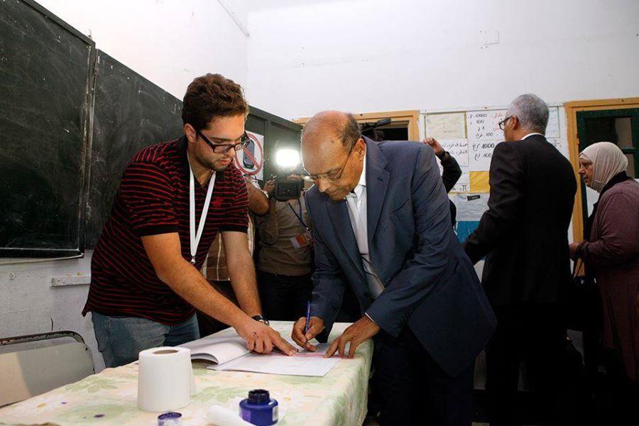 الرئيس التونسي يدلي بصوته في الانتخابات التشريعية